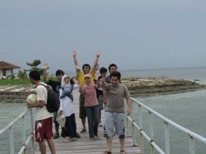 Huheeeyy...kita sampai di dermaga pantai beras basaah...senangnyaaa....